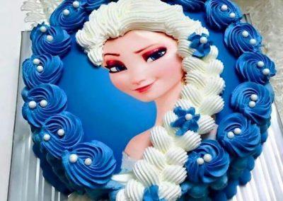 Photo 1 Gâteau Elsa la Reine des Neiges et sa jolie tresse - Décoration à la poche à douille - Ma Folie Des Fêtes