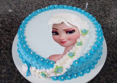 Photo 2 Gâteau Elsa la Reine des Neiges et sa jolie tresse - Décoration à la poche à douille - Ma Folie Des Fêtes (2)