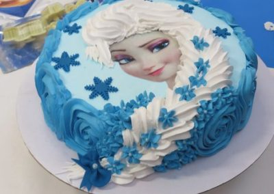Photo 3 Gâteau Elsa la Reine des Neiges et sa jolie tresse - Décoration à la poche à douille - Ma Folie Des Fêtes (2)