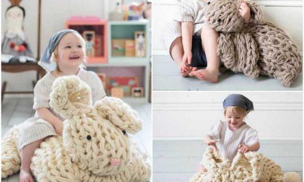 Tutos DIY : Tricoter avec les bras un lapin géant réconfortant