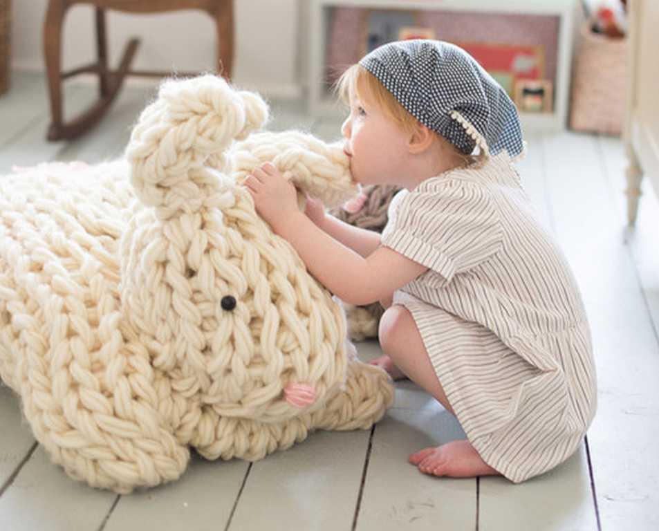DIY - Tricoter avec les bras un lapin géant réconfortant (photo 2) - Ma Folie Des Fêtes
