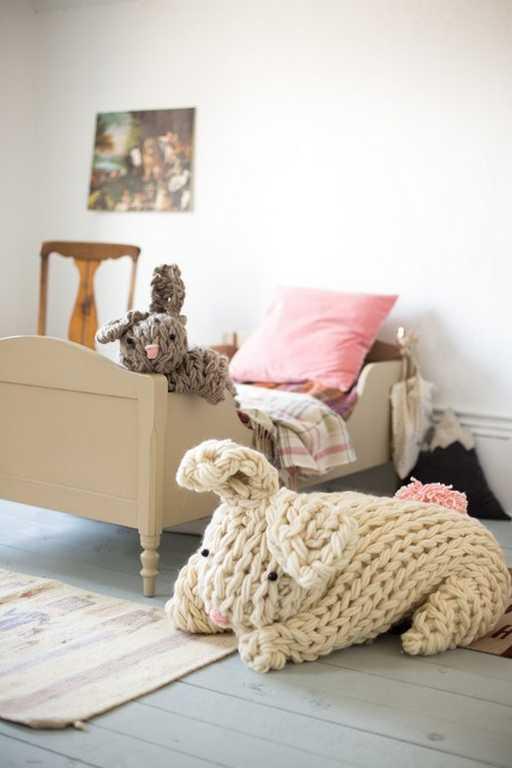 DIY - Tricoter avec les bras un lapin géant réconfortant (photo 3) - Ma Folie Des Fêtes