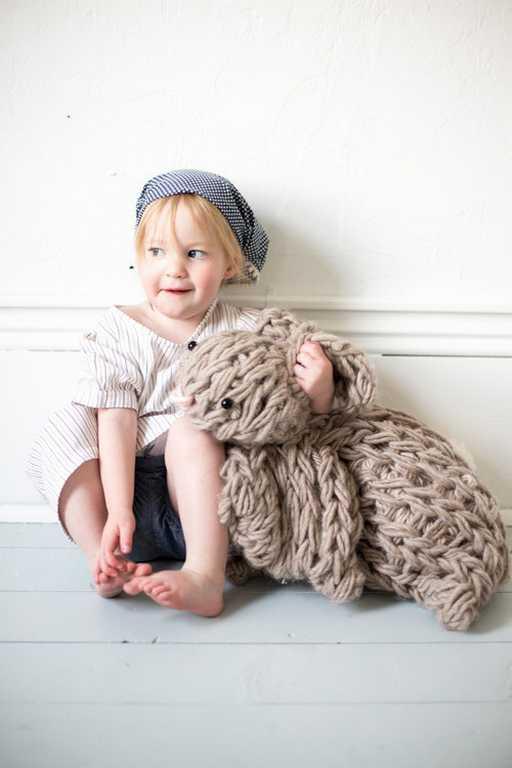 DIY - Tricoter avec les bras un lapin géant réconfortant (photo 4) - Ma Folie Des Fêtes