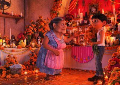 Coco - photo 3 - Miguel prépare autel pour offrande