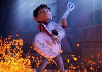 Coco - photo 7 - Miguel joue de la musique avec guitare à Ernesto